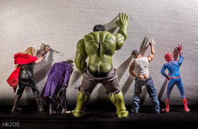 Varios super héroes como Thor, Spider Man, Wolverine y Hulk llendo al baño