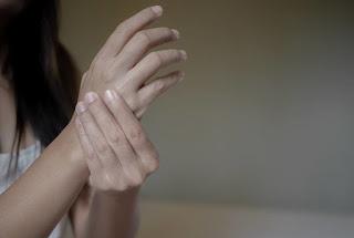 Mulher é assaltada, sequestrada e estuprada quando chega em casa depois do trabalho na PB