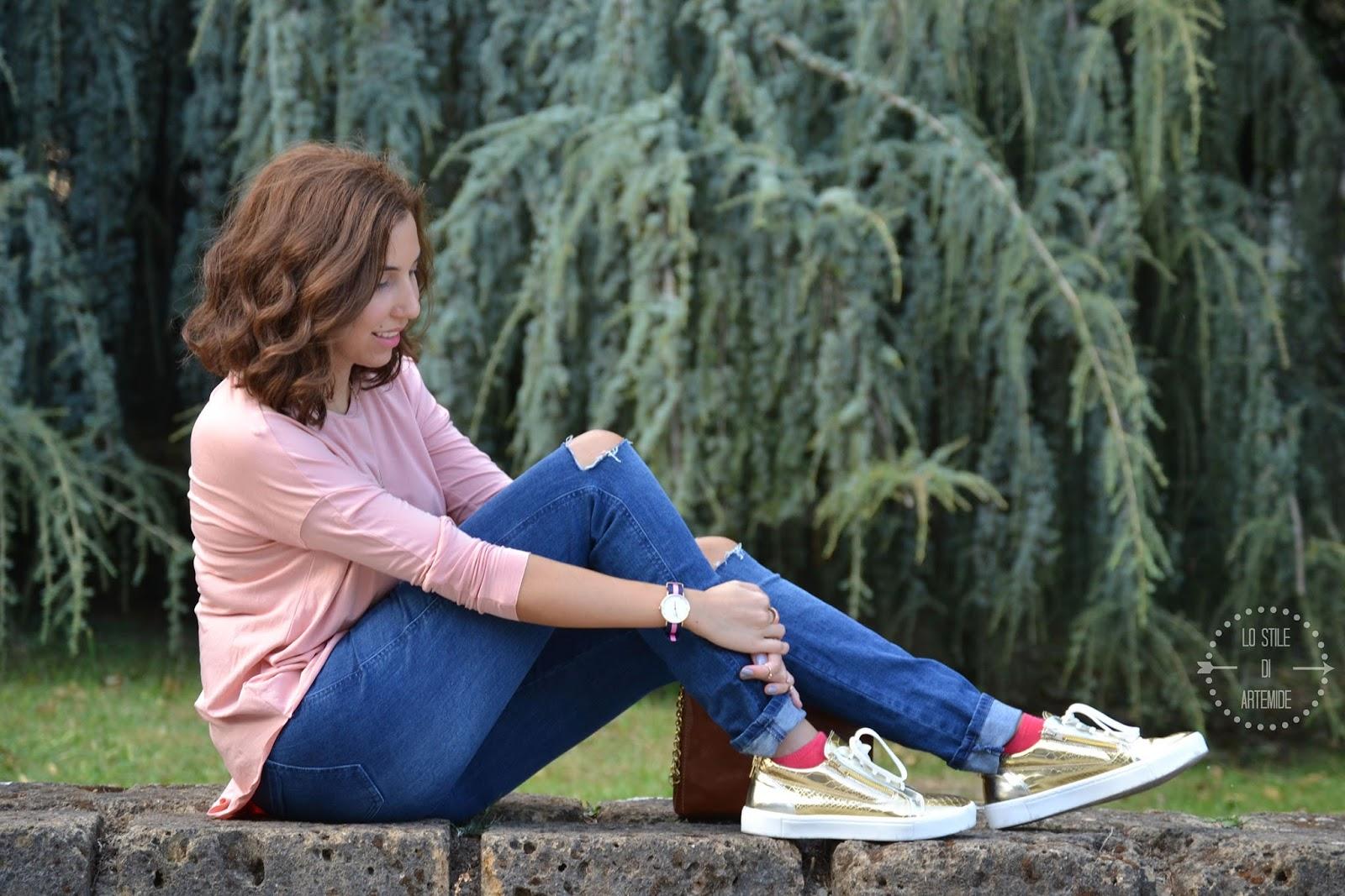 Jeans strappati al ginocchio e maglie trapezoidali
