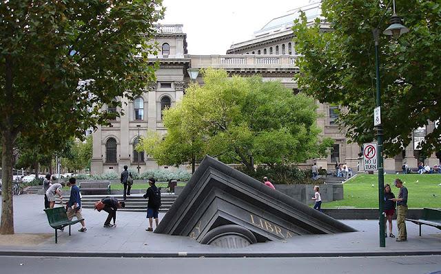 Green Pear Diaries, arte, esculturas, Architectural Fragment, Sinking Building, Melbourne, Australia