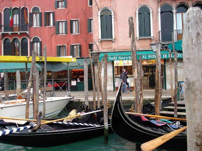 Gondolas em canal de Veneza