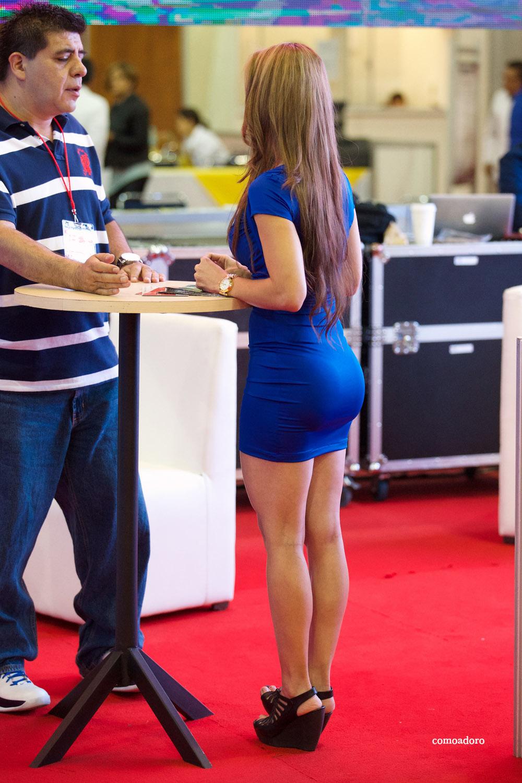 Edecan en vestido azul - 2 3