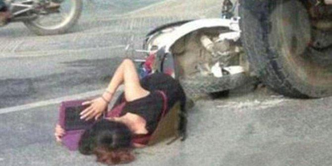 Ditabrak Truk, Gadis Ini Menunggu Ambulans Sambil Belajar