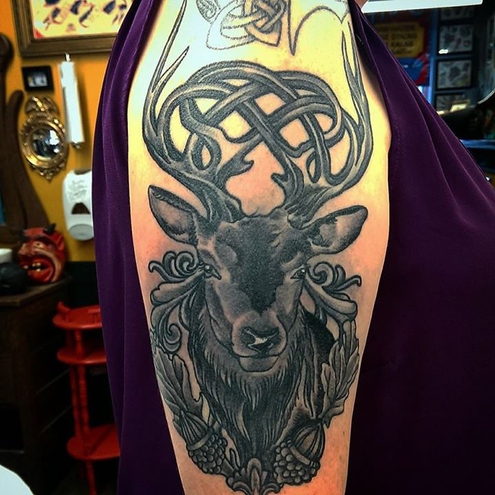 Foto con el tatuaje de un venado celta en el brazo