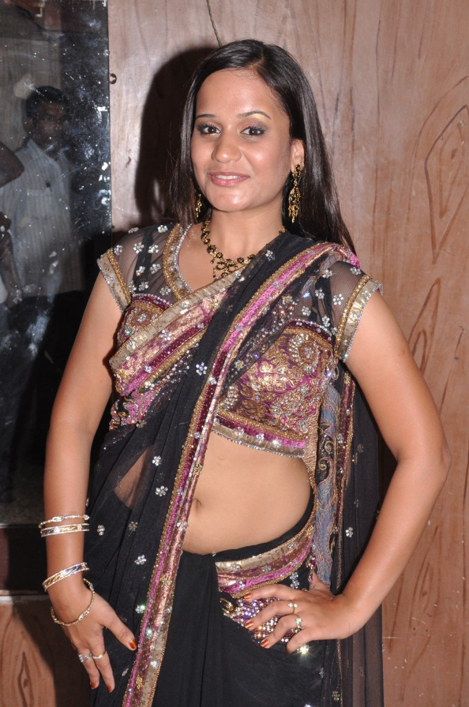 Tamil auntys saree cleavage