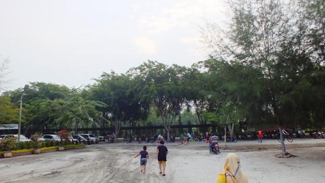 Lokasi parkir kenderaan di Pantai Bali Lestari. Parkir mobil dan sepeda motor tertata rapi