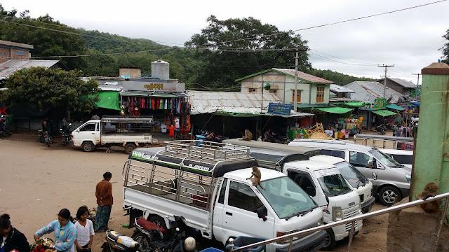 Furgonetas que recorren el trayecto Nyang-U - Monte Popa