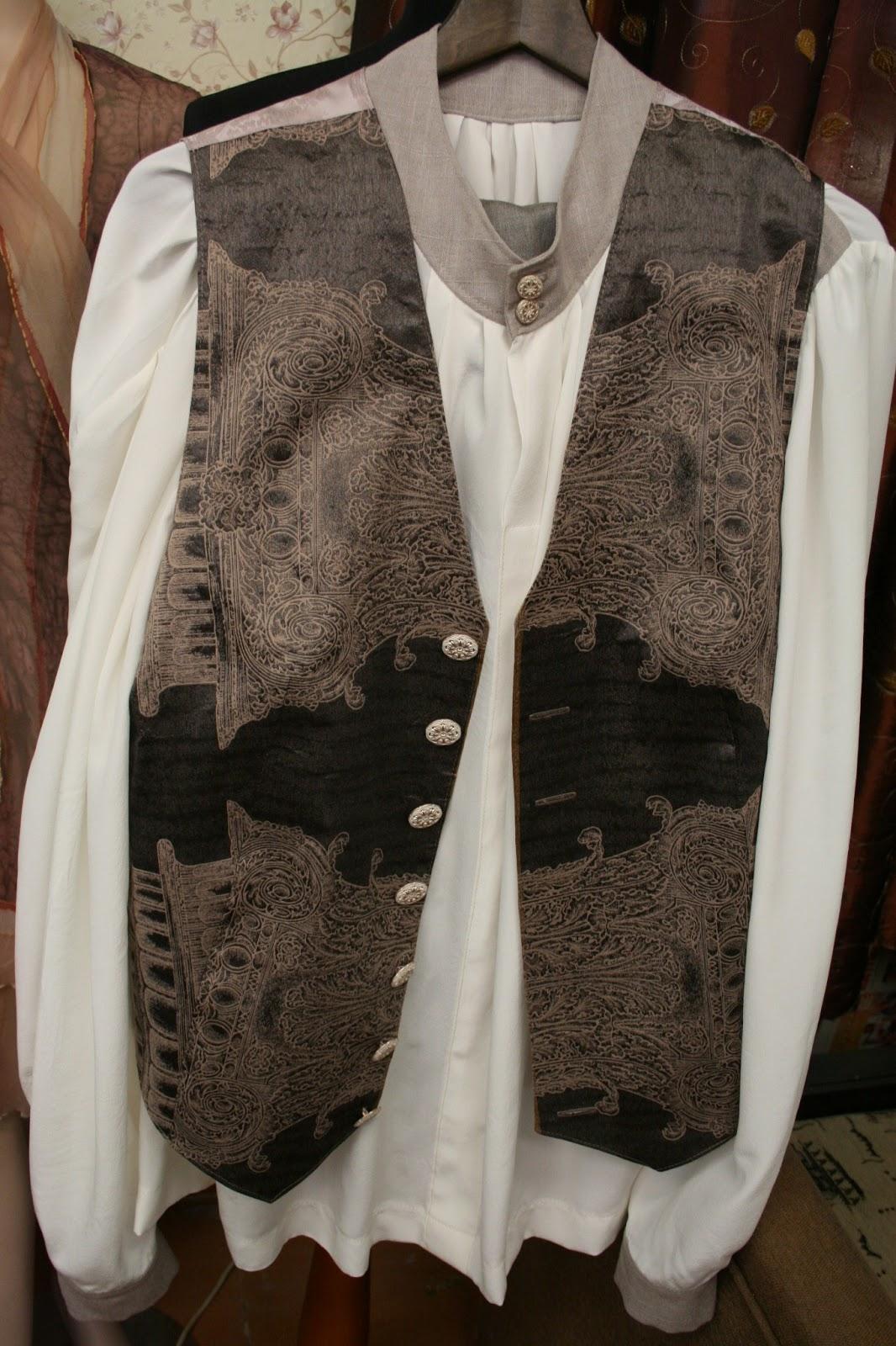42941c98b7f Tantsutaadil - stiliseeritud rahvarõivaelementidega lina-viskoosi  materjalist kuub, taftist ja siidist vest, siidkrepp-pluus, peenvillased  pikad püksid.