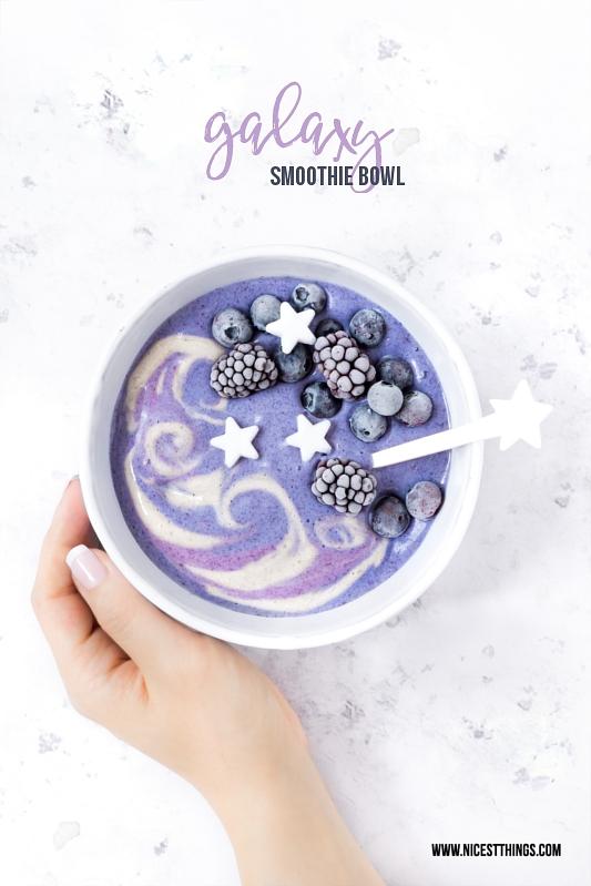Galaxy Smoothie Bowl mit Butterfly Pea Pulver und Zucker Sternen