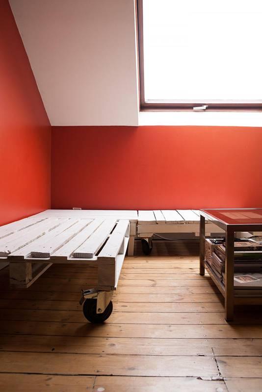 la unin de palets pintados con unas ruedas y unos cuantos cojines hacen un sof ideal para cualquier rincn a que esperas para hacer tu propio sof con