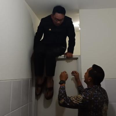 Ridwan Kamil. Gubernur Jawa Barat, Terkunci di Toilet