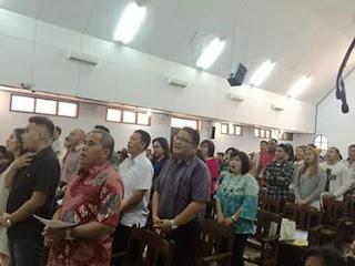 Bupati Minahasa Drs Jantje Wowiling Sajow saat mengikuti Ibadah pada Minggu (18/09) pagi di Gereja GPIB Sejahtera, Jln Malabar No 49-51 Bandung.