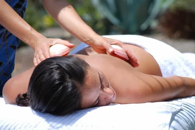 0376bafc40 El masaje de conchas de mar se consideran como una terapia dentro de los  masajes complementarios relajantes antiestres. Su procedencia es de Asia.