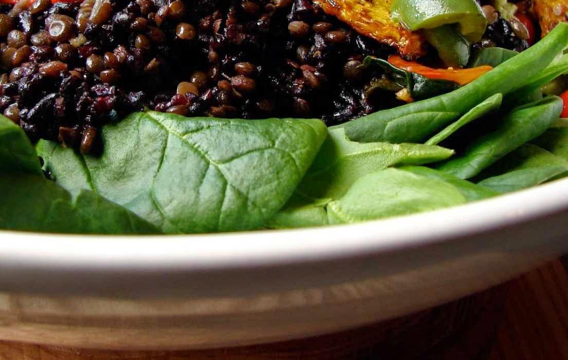 preparare reteta salata de orez negru cu linte si rucola