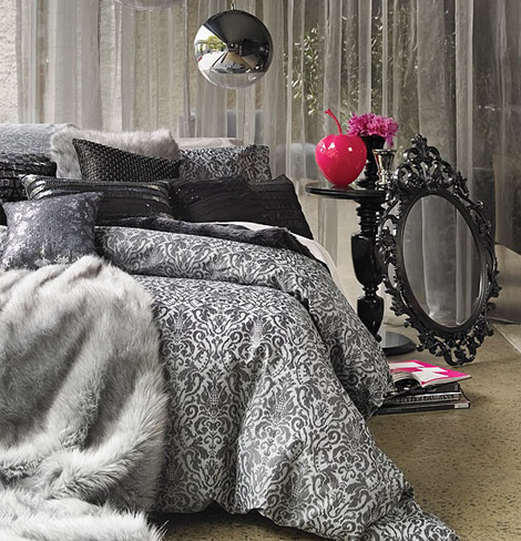 Situation familiar black baroque bed