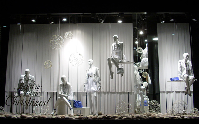 Marzua dise o de escaparates de navidad en color blanco - Decoracion navidena para comercios ...