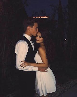 poses en pareja casuales en la noche