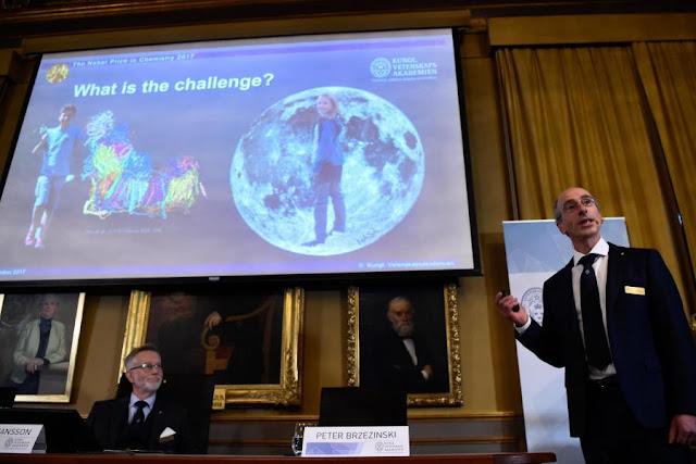 Một bài thuyết trình tại Stockholm vào thứ tư vừa qua về công trình của Jacques Dubochet, Joachim Frank và Richard Henderson – những người đoạt Giải thưởng Nobel Hóa học năm 2017. Hình ảnh: Jonathan Nackstrand/Agence France-Presse – Getty Images.