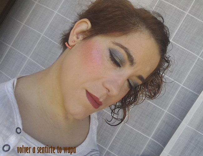 Maquillaje en ojos plata y labios teja