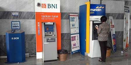 Apakah Kena Biaya Admin Tarik Tunai Dengan Kartu ATM BNI di ATM Mandiri?