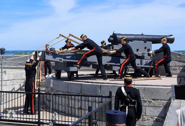 Ein paar Minuten spaeter wird der Treppenaufgang nach oben freigegeben. Hier macht sich jetzt eine Gruppe Uniformierter dazu bereit in einem fest einstudierten Prozedere die Kanone zu laden und in Position zu bringen.