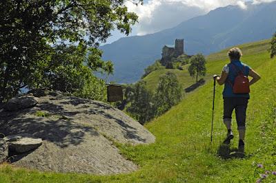 Wanderer beim Schloss Juval, Südtirol