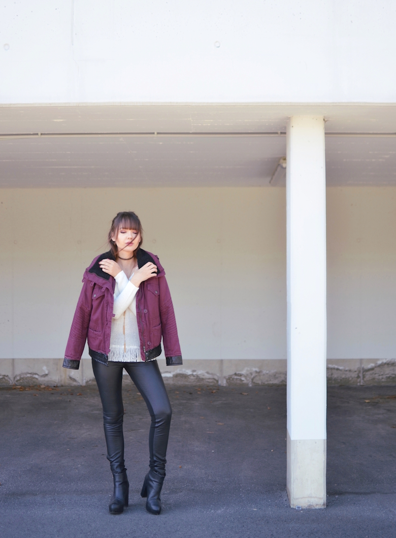 Fransen_Pullover_Winter_Outfit_rote_Jacke_ViktoriaSarina