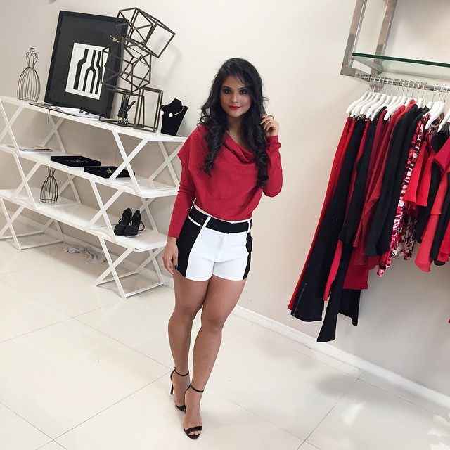 Achegue-se! Look de diva: Shorts com Mileide Mihaile Short preto e branco e blusa manga longa vermelha