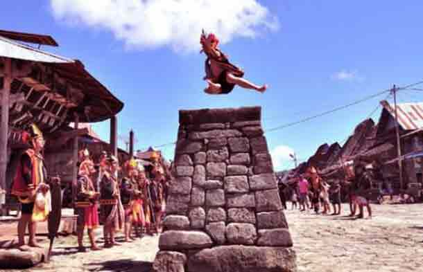upacara-adat-hombo-lompat-batu-nias