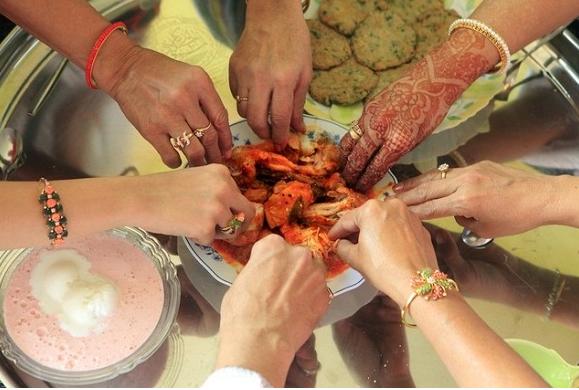 Inilah Keistimewaan Memulai Makan dari Pinggir Piring Menurut Rasul