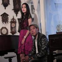 Lirik dan Terjemahan Lagu Andra Respati & Ovhi Firsty - Adaik Palarai Cinto
