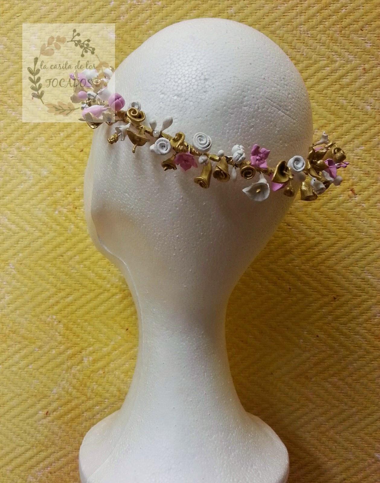 corona de flores y pistilos de porcelana en colores rosa, blanco y dorado para boda, o en look casual