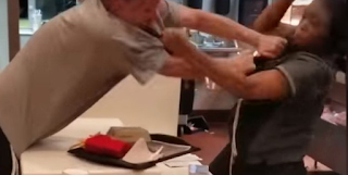 Άγpια επίθεση πελάτη σε γυναίκα υπάλληλο για ένα καλαμάκι - Βίντεο