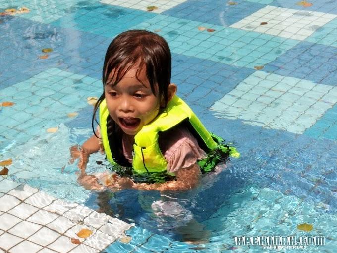Bawak Thahirah Mandi Swimming Pool di Sentul