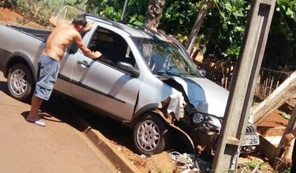 Borrazópolis:Carro atinge poste na Vila Lurdes