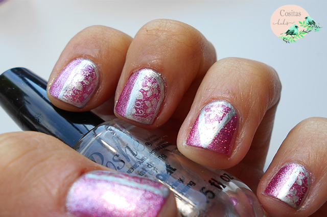 nail art rosa con shimmer y flores