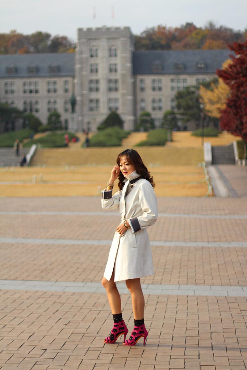милитари стиль, мода, блогер в корее, корея, тренд, носки с туфлями, носки под туфли, вискозная юбка, вискоза, сочетание цветов, колорблок, аксессуары, Коре университет, осенний лук, осенний образ, тренчкот