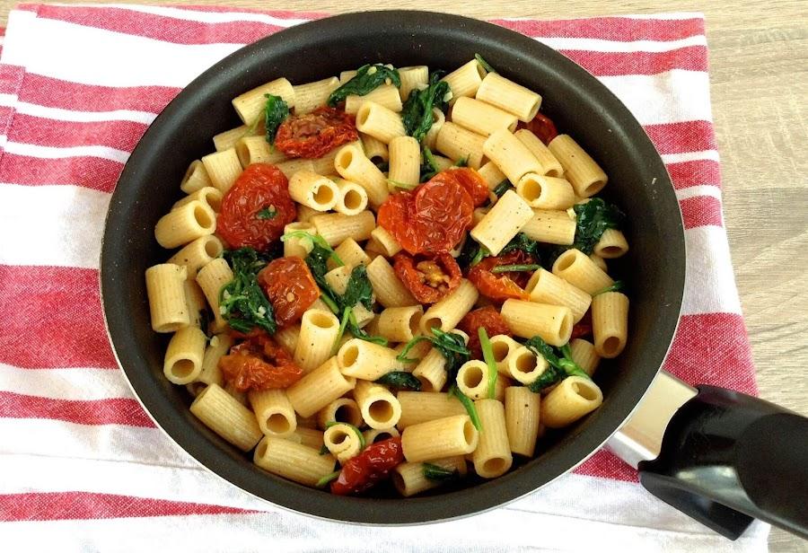Pasta integral con tomates secos y espinacas