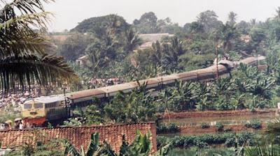 Sejarah Tragedi Bintaro   Peristiwa ini terjadi pada tanggal 19 Oktober 1987. Saat itu, KA 225 Jurusan Rangkasbitung - Jakarta yang dipimpin oleh masinis Slamet Suradio, asistennya Soleh, dan seorang kondektur, Syafei berhenti di jalur 3 Stasiun Sudimara. Kereta yang ditarik oleh lokomotif BB30317 dalam keadaaan sarat penumpang, yaitu sekitar 700 penumpang didalamnya. KA 225 tersebut bersilang dengan KA 220 Patas jurusan Tanah Abang - Merak yang dipimpin oleh masinis Amung Sunarya dengan asistennya Mujiono. Kereta yang ditarik oleh lokomotif BB30617 ini bermuatan kurang lebih 500 penumpang, dan berada di jalur 2 Stasiun Kebayoran Lama.     Di Stasiun Sudimara sendiri, terdapat 3 jalur yang saat itu sedang penuh dengan KA. Mengetahui hal tersebut, Djamhari selaku kepala PPKA ( Pengatur Perjalanan Kereta Api ) Stasiun Sudimara menghubungi Stasiun Kebayoran Lama untuk melakukan persilangan jalur di Stasiun Kebayoran Lama, namun Kepala PPKA Stasiun Kebayoran Lama, Umriyadi / Umrihadi menolaknya dan tetap meminta persilangan dilakukan di Stasiun Sudimara.  Mau tak mau, Djamhari kemudian mengosongkan jalur 2 untuk menampung KA 220 Patas yang telah berangkat dari Stasiun Kebayoran Lama setelah mendapat izin dari Kepala PPKA dengan memindahkan KA 225 ke jalur 1. Djambhari kemudian memerintahkan Juru Langsir untuk memberi tahu masinis jika KA 225 henda Referensi  Wikipedia, dekade80
