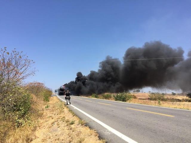 Carreta pega fogo na BR-405 em Uiraúna-PB