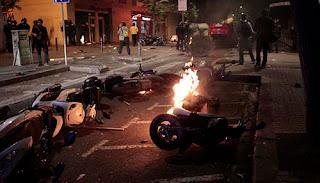 Moto ardiendo en Gràcia