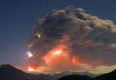 Cara en el humo de un volcan