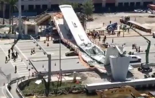У США обвалився нещодавно збудований міст, загинули люди