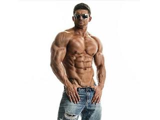 Hombre musculado sin camiseta y gafas de sol