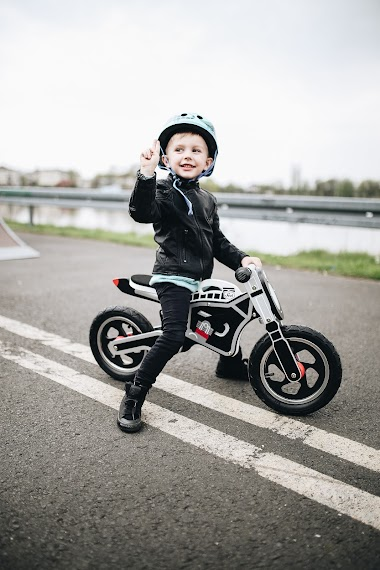 Motocyklista na rowerku biegowym.
