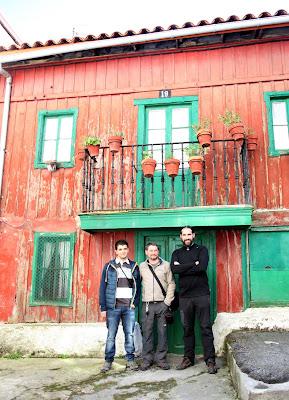 Guías del CIM de Barruelo frente a una casa tradicional