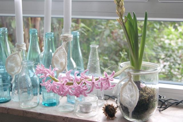 Fensterbank dekoriert mit Hyazinthenglas und Flaschenvasen