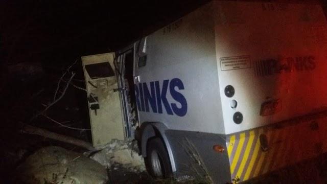 Homens armados bloqueiam rodovia com caminhões roubados e atacam dois carros-fortes no Ceará