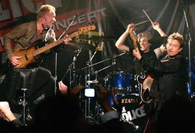 Foto de The Police cantando en concierto
