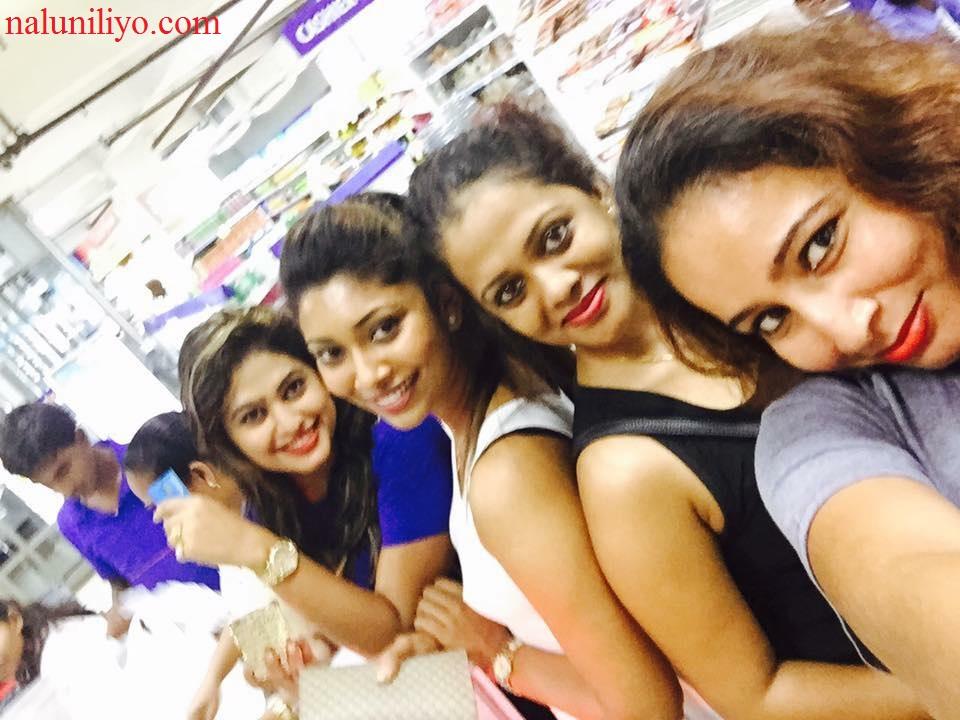 Sri lankan actresses donating